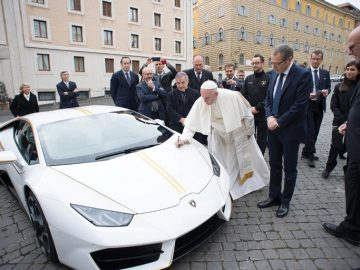 The Pope's Signs His 2018 Lamborghini Huracán